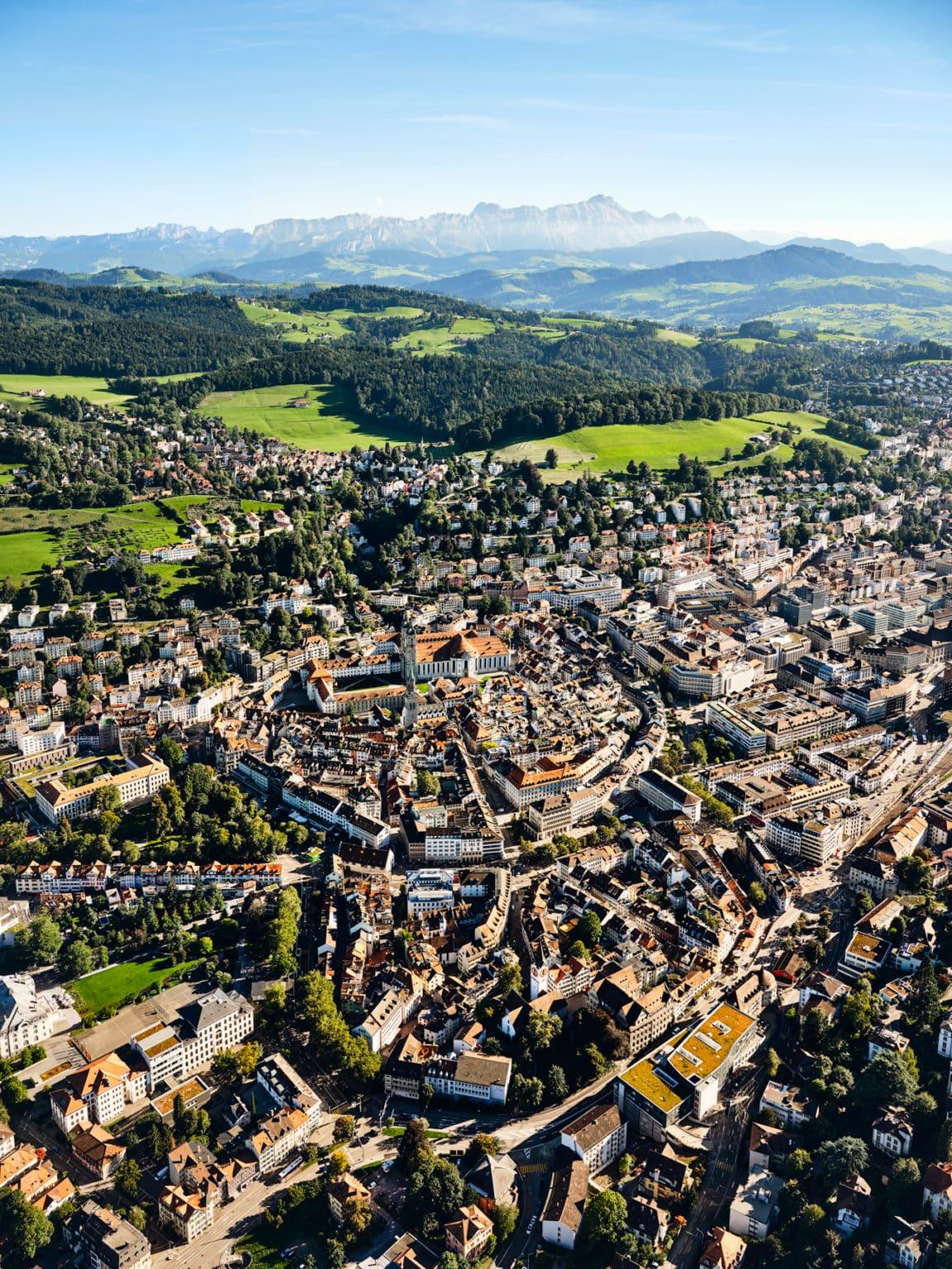 Luftaufnahme Stadt St. Gallen mit Kloster St. Katharina und dem Säntis
