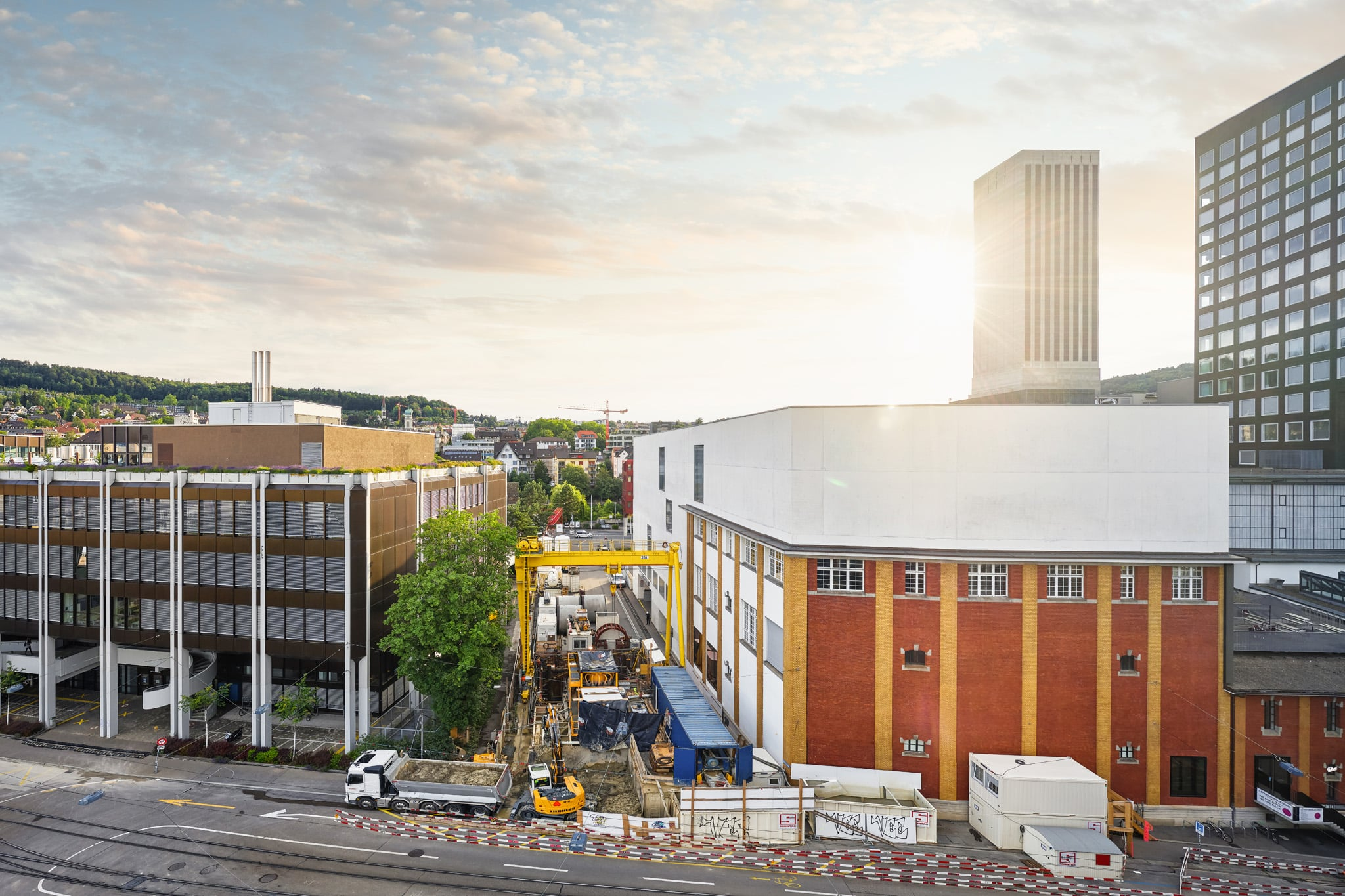 Sonntag Bau AG - Fernwärme Projekt Zürich - Microtunneling - Baustelle Gerstenstrasse mit Startschacht und der Separierungsanlage für den Aushub