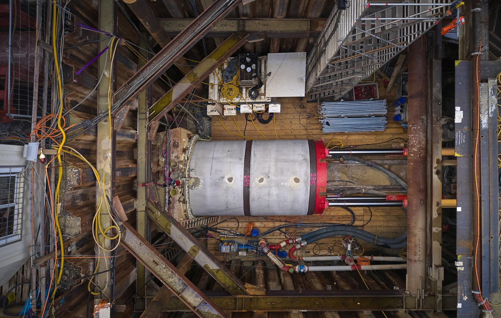 Sonntag Bau AG - Fernwärme Projekt Zürich - Microtunneling- Hydraulische Presse im Startschacht Gerstenstrasse mit Vortriebsrohr