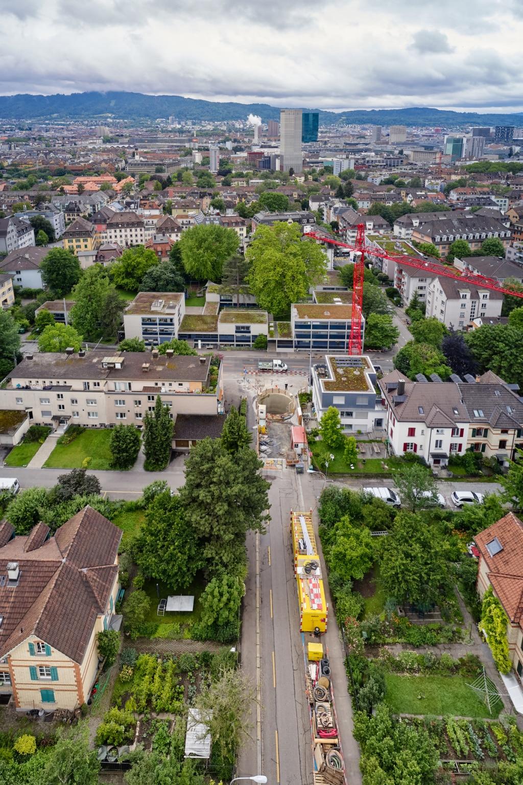 Sonntag Bau AG - Fernwärme Projekt Zürich - Microtunneling - Zielschacht Rothstrasse mit Blick Startschacht an der Gestenstrasse / Nähe Kehrichtheizkraftwerk Josefstrasse