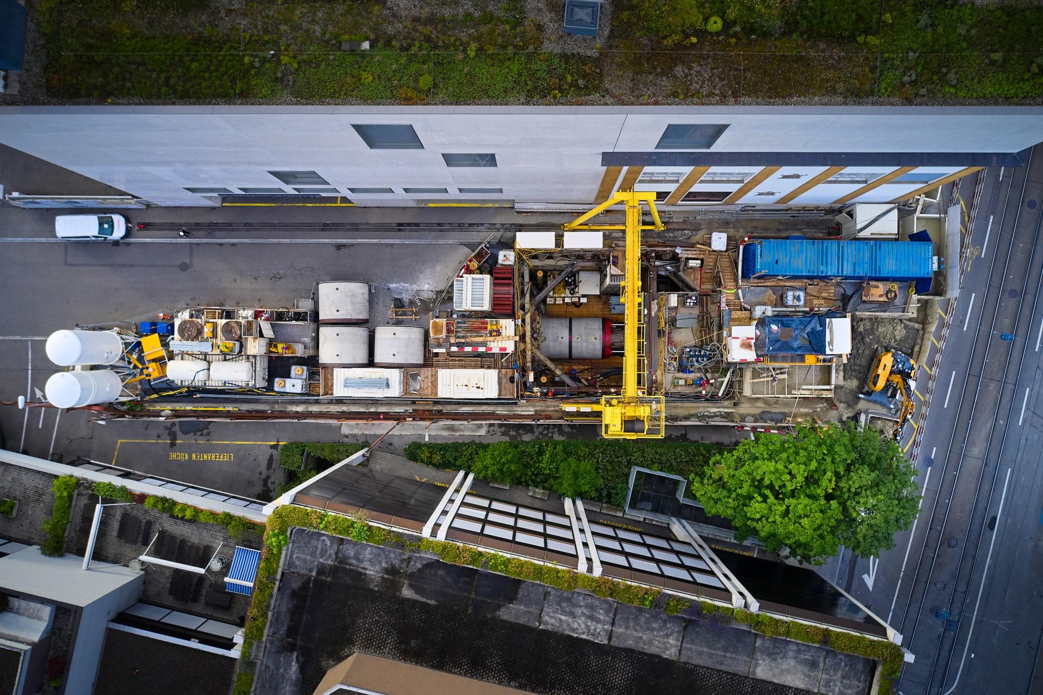 Sonntag Bau AG - Fernwärme Projekt Zürich - Microtunneling - Bauplatz mit Zugangsschacht für Bohrer und Presse